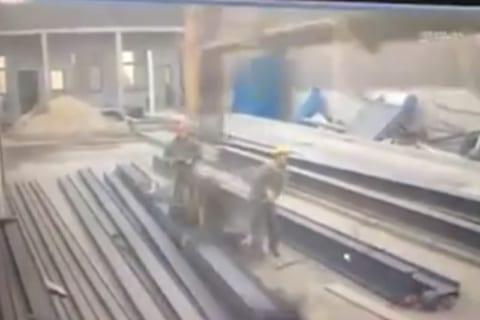 【超恐怖】工場作業員さん、1秒でぺしゃんこになり死亡…(動画)