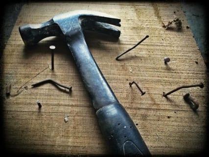 """【閲覧注意】ロシアンギャング、人間を """"釘で木に打ち付ける"""" 拷問を実行(動画あり)"""