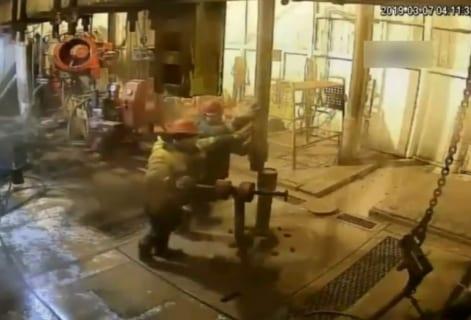 """【衝撃】""""石油掘削装置"""" の事故で潰される作業員の映像、めっちゃ怖い…"""