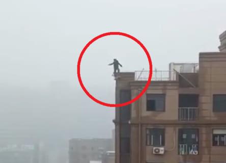 """【閲覧注意】飛び降り自殺の """"フリ"""" をした少年、欠陥住宅のせいでガチで死んでしまう…"""