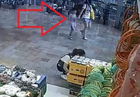【衝撃映像】お母さんと歩いてる6歳の子供 ⇒ 今からヤバい事が起こります・・・