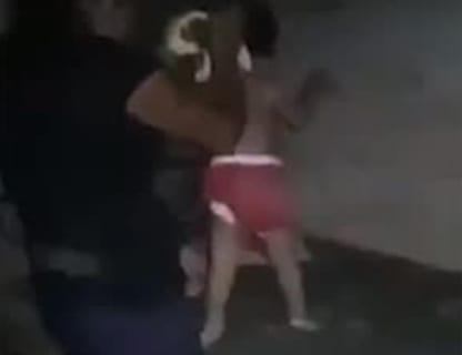 【狂気】逮捕されたシングルマザーが3歳の娘にやっていた事をご覧ください