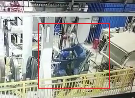 工場作業員がゆっくり潰される衝撃動画・・・・・