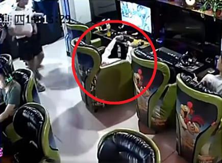 【閲覧注意】ネットカフェでゲームをし続けたオタクが死ぬ映像、めちゃくちゃ怖い…