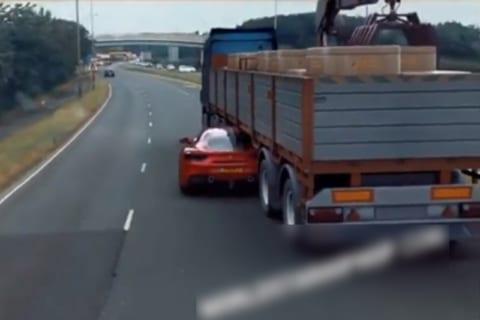【驚愕】フェラーリの運転手、警察からとんでもない逃げ方をするwww(動画あり)
