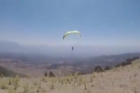 【衝撃】パラグライダーがダストデビル(塵旋風)に巻き込まれ死亡する映像が怖いと話題に