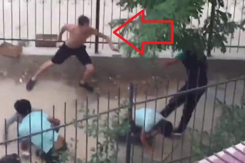 【衝撃】3人の強盗に襲われてる男 ⇒ そこへ男の友達(超ヤバい奴)が現れ…(動画)