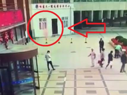 【衝撃映像】飛び降り自殺少女、地上にいた一般人を即死させる
