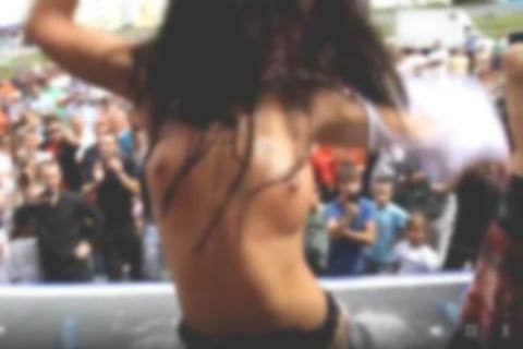 【動画あり】外でロシア美女達が裸になっていくイベントが行われるwwwww