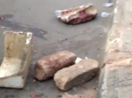 【閲覧注意】人間、大きな石で割られる