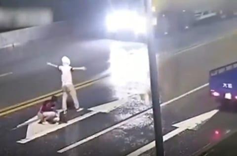 【衝撃映像】路上で痴話喧嘩してたカップル、轢き殺される