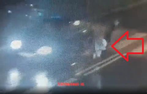 【動画】女子高生、車に撥ねられ吹き飛んでる最中、対向車にも撥ねられる