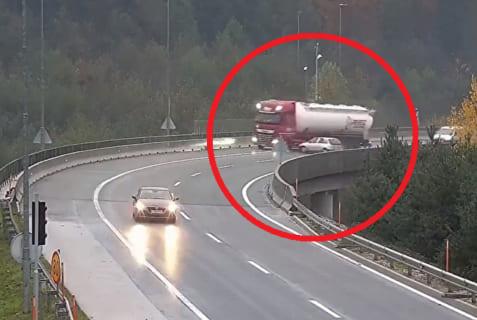 【衝撃】コンパクトカー、タンクローリーを高架橋から落としぶっ殺してしまう・・・