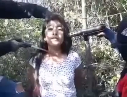 【閲覧注意】女性がめちゃくちゃにされる最新動画。山の中で拘束され、泣き叫びながら…