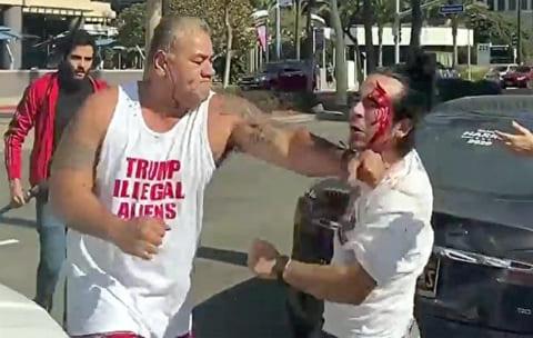 【衝撃】トランプ支持者 vs. トランプ抗議者、とんでもない事になる…