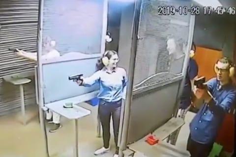 【閲覧注意】射撃場で楽しんでいる女性、今からヤバい事が起こります・・・・・