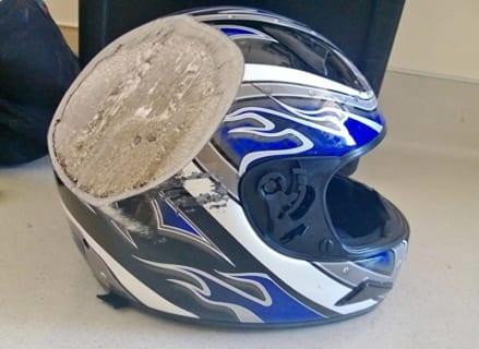 【閲覧注意】バイク事故。吹き飛ばされたヘルメットに、まだ顔が入っている