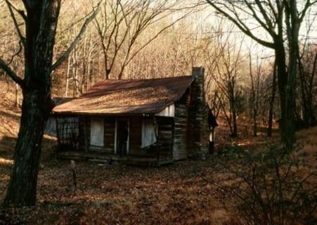 【驚愕】山の中で年間数十億稼いでいる謎の家。警察が突入すると・・・