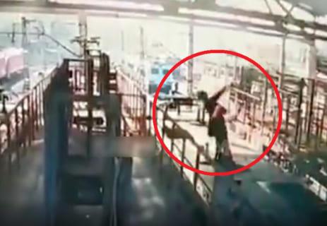 【閲覧注意】工場作業員が0.5秒で黒焦げになって死ぬ映像が怖い…