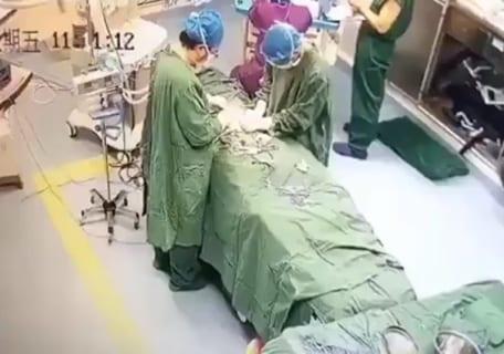 医者が手術中に突然死する映像が話題に