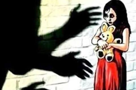 【閲覧注意】海外で児童誘拐犯の女が大勢の男達に囲まれた。これから何が起こるか