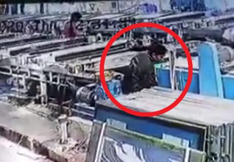 【衝撃映像】工場作業員さん、ゆっくりと300度に折り曲げられ死亡…