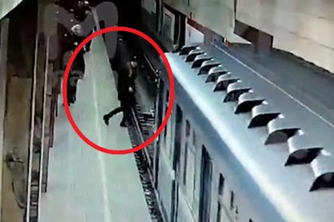 【衝撃映像】駅のホームから電車に飛び込んだ女の子、とんでもない結果に終わる