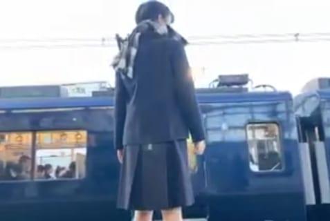 【閲覧注意】横浜の駅で女子高生(17)が電車飛び込み自殺。無修正動画がヤバい