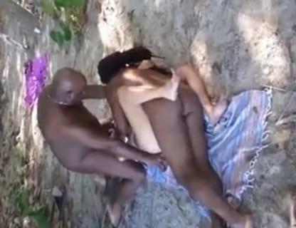【動画あり】アフリカの黒人♂に犯されに行った人妻、物凄い事になるwwwww