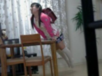 【エロ注意】日本の女子小学生の「角オナ」画像が海外サイトで紹介されてしまうwww