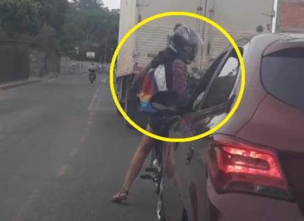 【動画】DQN女のバイク、車相手にイキリまくった結果・・・これはザマァwwwww