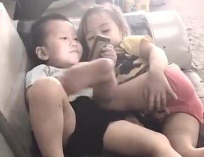 【動画】友達の男の子と寝そべってる幼女、性に目覚めてしまうwwwwww