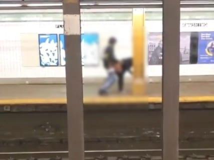 【激写】駅のホームの反対側でカップルがセ○クスしててワロタwww(動画あり)