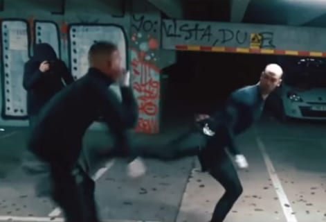【衝撃】テコンドー vs. キックボクシングの路上喧嘩 ⇒ コッチが強かった・・・