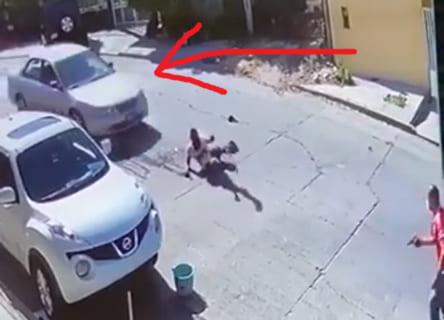 【衝撃映像】メキシコギャングの殺し屋から逃げ延びたかに思えた男 ⇒ 3秒後…