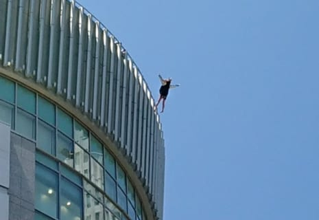 【閲覧注意】飛び降り自殺した女性、地上にいた男性を破壊してしまう・・・(動画あり)