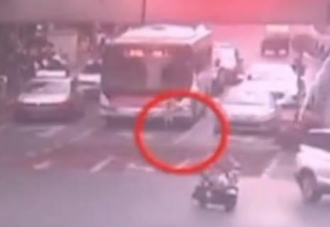 【閲覧注意】道路の真ん中に2歳の男の子が放置された結果・・・(動画あり)