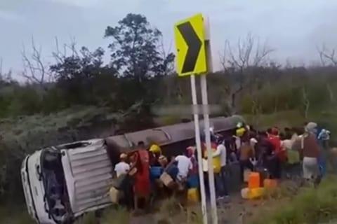 【衝撃映像】ガソリンを盗んでるこの50人ぐらい、今からほとんどが死ぬぞ…【閲覧注意】