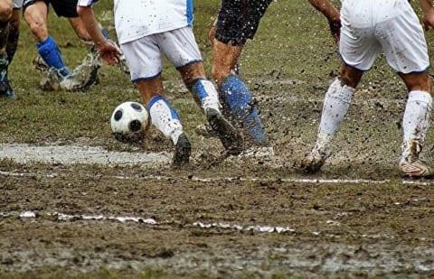 【超衝撃】高校サッカーで1人の選手に雷が直撃。一瞬で・・・(動画あり)