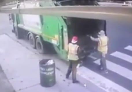 """【閲覧注意】ゴミ収集車の作業員が一瞬で """"圧死"""" される映像、めちゃくちゃ怖い…"""