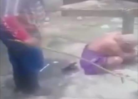 【恐怖】裸の女を「猛毒の植物」で拷問する海外の映像がヤバイ ⇒ こうなる…