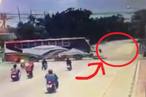 【超衝撃】バスを牽引中のケーブルにバイクの集団が突っ込み3人が死亡の瞬間