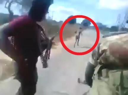 【閲覧注意】裸の女性を軍隊が取り囲んだ。これから何が起こるか。世界中で炎上している動画