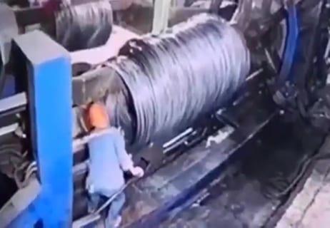 【閲覧注意】10秒後には絶対死ぬのに何の抵抗もできない工場作業員の事故動画、怖い…