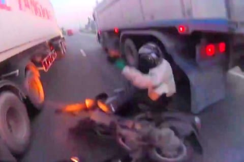 【閲覧注意】トラックすり抜けライダー、地獄を見る(動画あり)