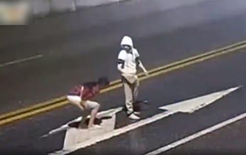 【衝撃】道の真ん中で喧嘩してたバカップル、彼女が車に轢かれ即死してしまう