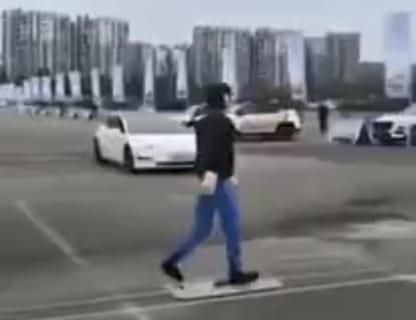 【悲報】自動運転の車の前に人が飛び出した結果・・・(動画あり)
