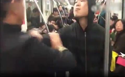 """【衝撃】電車の中で """"合気道の達人"""" に喧嘩売ったヤンキー、3秒でこうなる"""