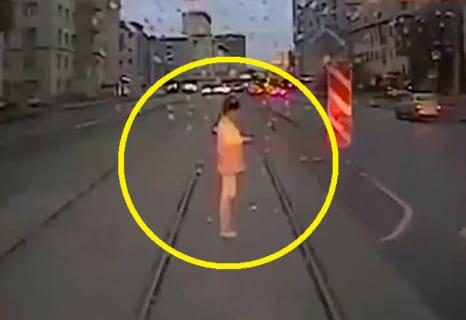 【衝撃映像】おばちゃん、線路の上でスマホを見てて死亡