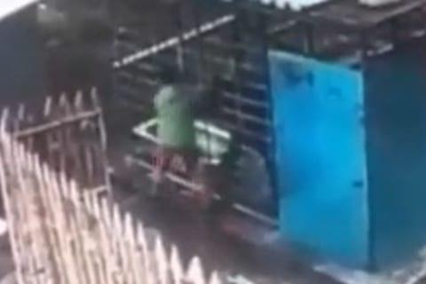 【超恐怖】動物園の掃除のおばちゃん。熊の檻の真横を通り腕を食べられる(動画あり)